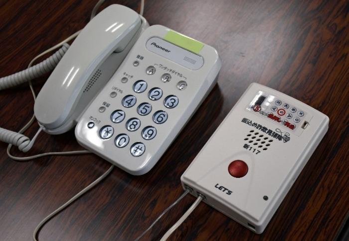 録音機器(右)は、固定電話に接続することで犯人と電話しない環境作りを目指せる