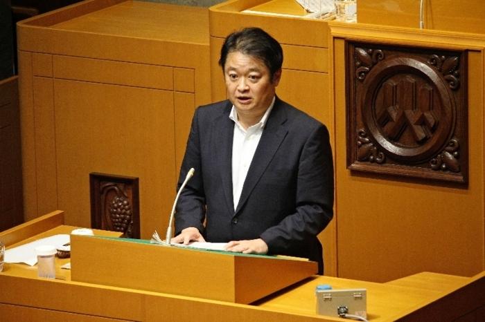 答弁する長崎幸太郎知事=県議会議事堂