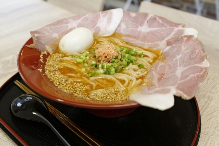 海老味噌(えびみそ)拉麺(ラーメン)、レアチャーシュー増し、煮卵をトッピング