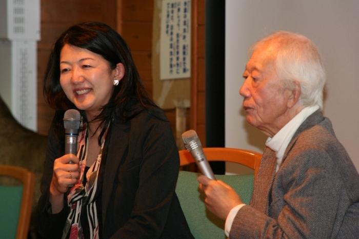 北杜市オオムラサキセンターで開かれた昆虫展で対談に臨んだ北杜夫さん。左は長女の斎藤由香さん(2010年3月)