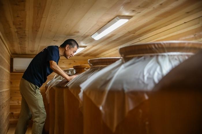 酢酸発酵室で醗酵状態をチェックする戸塚治夫さん