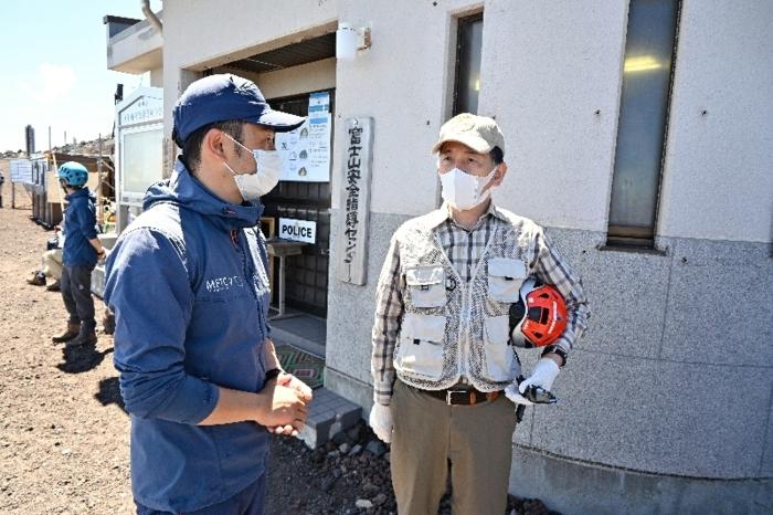 新型コロナウイルス感染対策や登山者状況などの確認のため安全指導センターを視察する堀内茂市長=富士山6合目