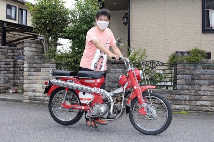 現在7台のスーパーカブを所有する前沢一郎さん。「これからも安全に楽しく、長く走って行きたい」と話す=甲斐市内