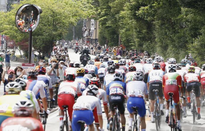 大勢の観客が集まった山中湖畔を走る男子個人ロードレースの選手たち