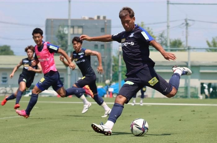 ゴール前の連動性を高める練習に汗を流すVF甲府イレブン=昭和・押原公園