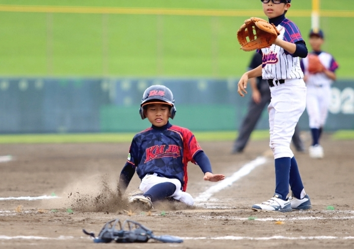 【山日YBS杯県少年野球大会準々決勝 八代―甲斐JBC】6回裏甲斐JBC2死二、三塁、暴投で三走・小川朋也が生還、7―5と勝ち越す=山日YBS球場