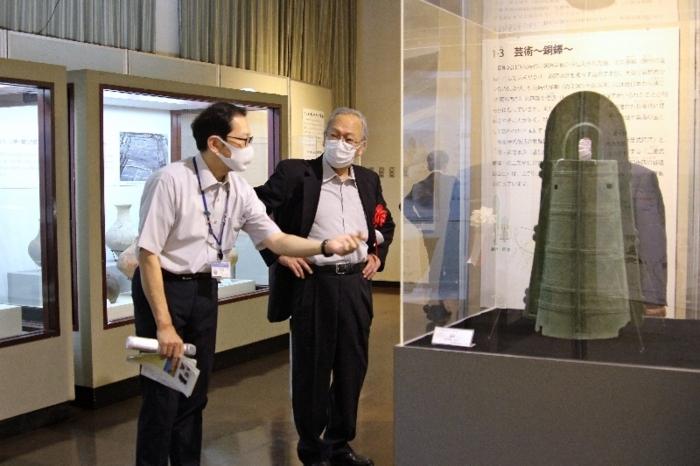 企画展の内覧会で銅鐸を鑑賞する関係者ら=甲府・県立博物館