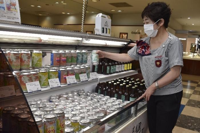 県内地ビール50種類が並ぶフェア=甲府・岡島百貨店