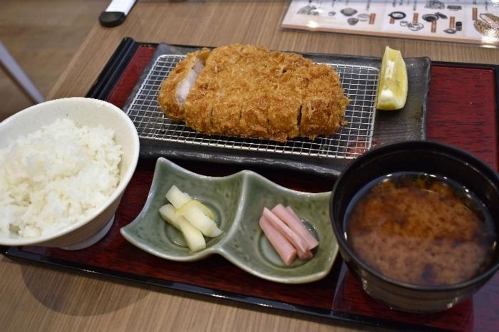 さくさく食感の衣と、軟らかな肉質を楽しめる「ロースカツ御膳」。白米、味噌汁はおかわり自由