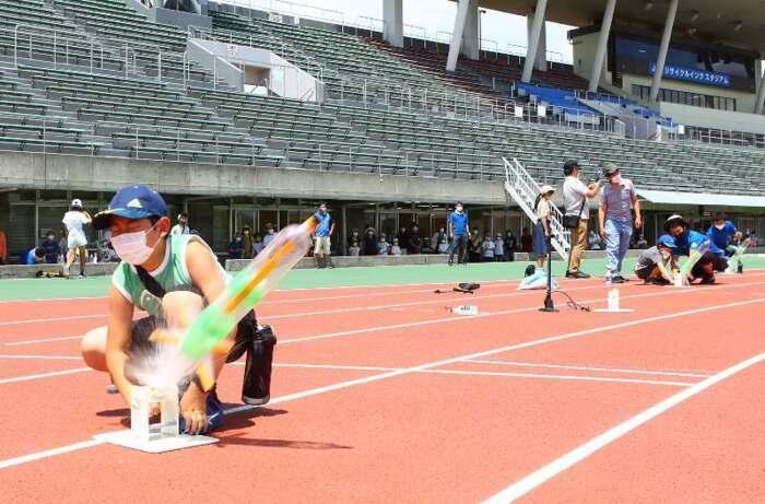 ペットボトルロケットを飛ばす子どもたち=甲府・JITリサイクルインクスタジアム
