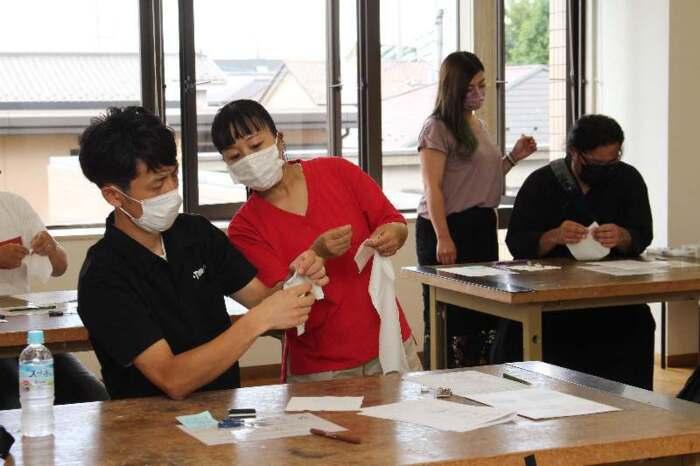 基本の縫い方やボタンの付け方を学ぶ参加者=甲府・県男女共同参画推進センター