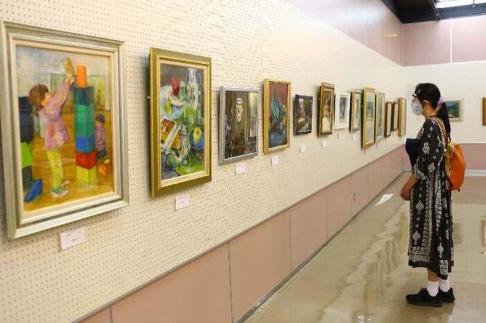 山梨文化学園の油絵講座受講生の力作が並ぶ展示会=甲府市総合市民会館