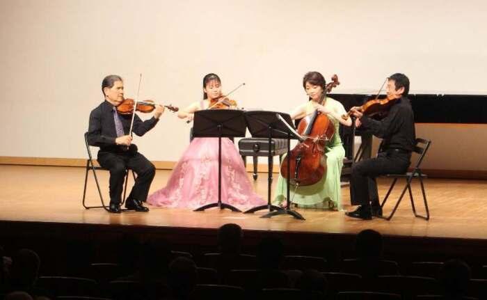伸びやかな音色を奏でる出演者=北杜市長坂町長坂上条の長坂コミュニティステーション