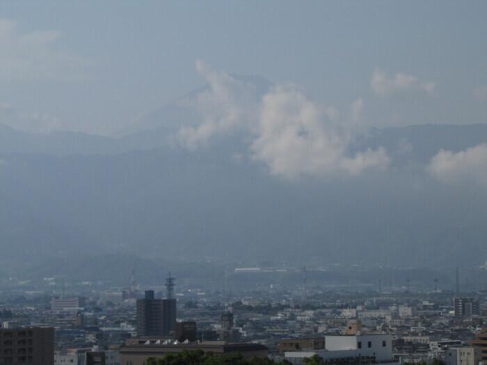 富士山方向はややかすみ、富士の周りには雲(甲府・山日YBS本社屋上から1日午前7時40分ごろ撮影)