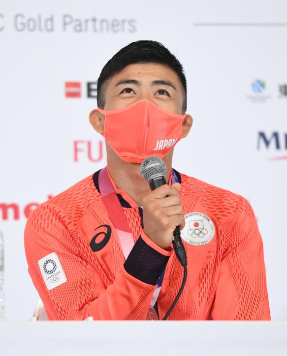 レスリング男子グレコローマン60キロ級で銀メダルを獲得し、記者会見で撮影に応じる文田健一郎=3日、東京都内(代表撮影)
