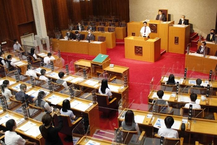 高校生が政策提言した「高校生議会」=県議会議事堂