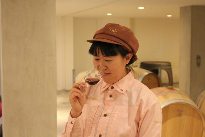 ワインの熟成具合をチェックする丹沢史子さん=甲州市勝沼町下岩崎のシャトー・メルシャン勝沼ワイナリー