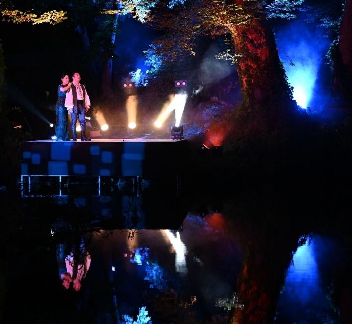 ライトアップされた池を舞台に上演したオペラ=富士吉田・月江寺