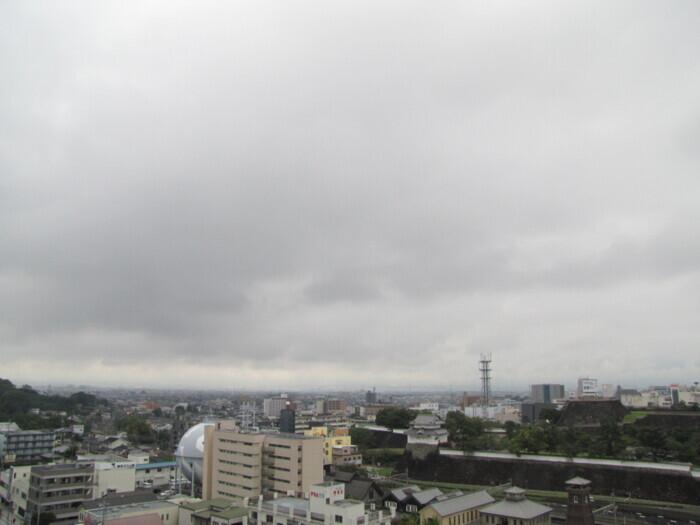 富士山方向の空は、暗い雲が低く広がっていた(甲府・山日YBS本社屋上から15日午前7時40分ごろ撮影)