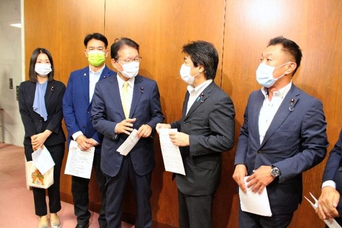 田村憲久厚生労働相に要請書を手渡した中島克仁衆院議員(右)ら=国会内
