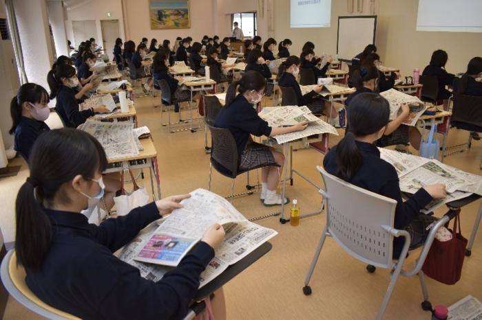 新聞の読み方などを学ぶ生徒=甲府・山梨英和中