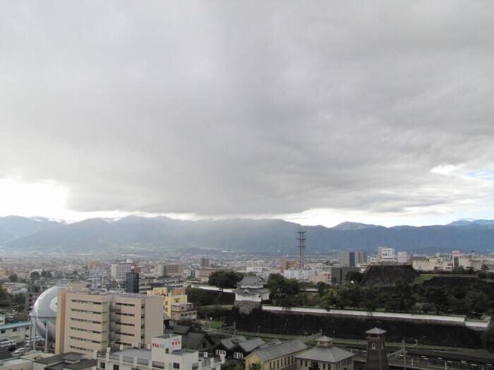富士山に向かって低く雲が広がっている(甲府・山日YBS本社屋上から19日午前7時40分ごろ撮影)