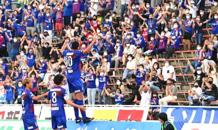 7月の愛媛戦で決勝ゴールを奪い、バックスタンドのサポーターと喜びを分かち合うVF甲府のDFメンデス(40)=JITスタジアム