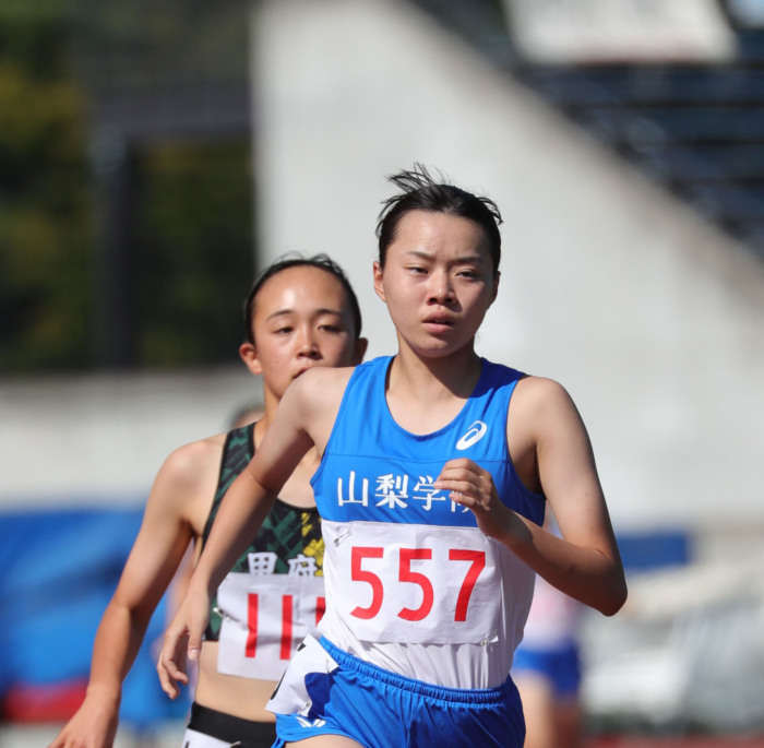 【県高校新人陸上】女子800メートル決勝で2分17秒21の大会新記録をマークして優勝した石井れいな(山梨学院)=JITスタジアム
