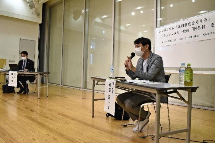 死刑制度について意見を述べる斉藤潤一監督(右)=甲府・県立図書館