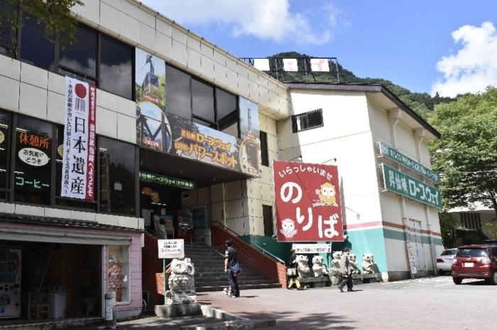 日本遺産認定を知らせる懸垂幕があるロープウエーの駅。新型コロナウイルス感染拡大の影響で、道行く人は例年に比べ少ない=甲府市猪狩町