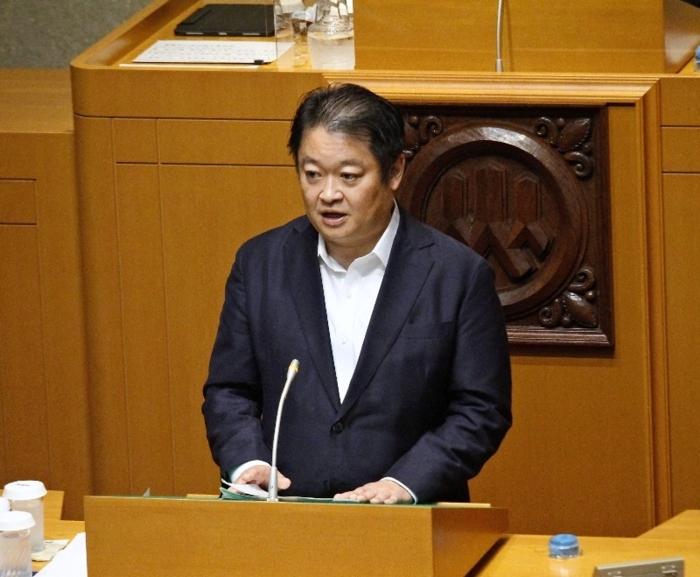 所信表明する長崎幸太郎知事=県議会議事堂