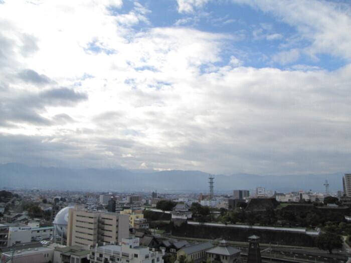 富士山方向。上空には青空がのぞいているが、雲が低く広がっている(甲府・山日YBS本社屋上から22日午前7時40分ごろ撮影)