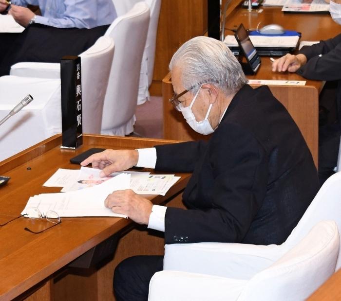 韮崎市議会の9月定例会に出席した輿石賢一市議=韮崎市役所
