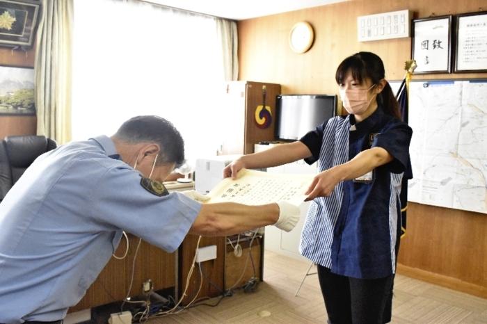 感謝状を受け取る手塚久美子さん(右)=北杜署