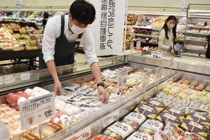 静岡県産品や山梨県産品を販売するコーナー=甲府市徳行1丁目のオギノ