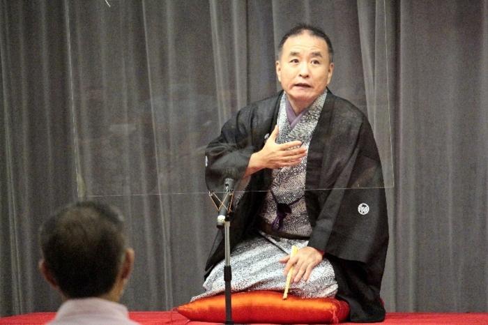 落語を披露する立川談慶さん=甲府・県立図書館