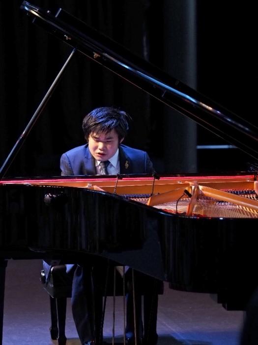 ピアノを演奏する辻井伸行さん=富士河口湖・河口湖ステラシアター(撮影 ヒダキトモコ)