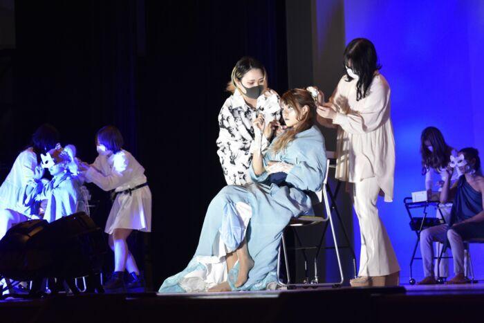 【18日・土】県美容専門学校は甲府市総合市民会館で学園祭「美創祭」を開催した。制作発表では「雅」をテーマに、ヘアアレンジやメークの技術、舞台演出の見栄えを競った。保護者ら約250人が来場し、晴れ舞台を見守った。
