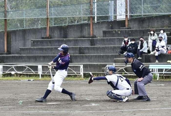 熱戦を繰り広げる選手=富士吉田・鐘山総合グラウンド