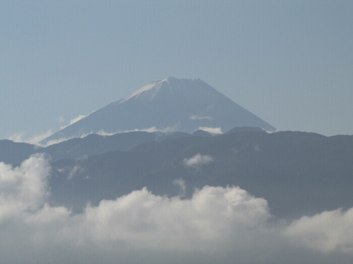 暖かくなってきた陽ざしが富士の冠雪を照らしている(甲府・山日YBS本社屋上から27日午前7時40分ごろ撮影)