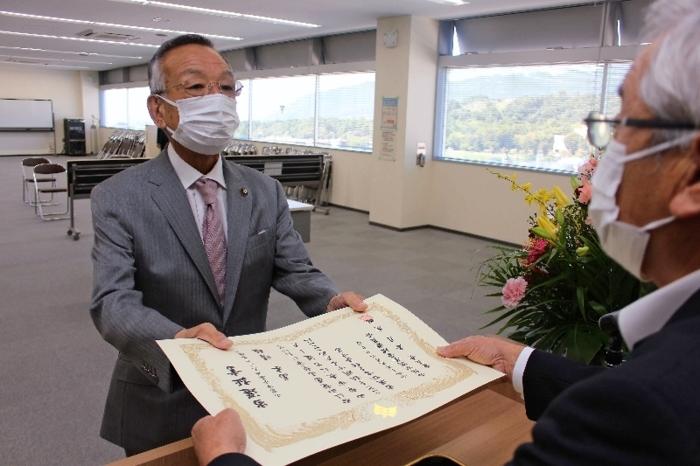 当選証書を受け取る高木晴雄氏=山梨市役所