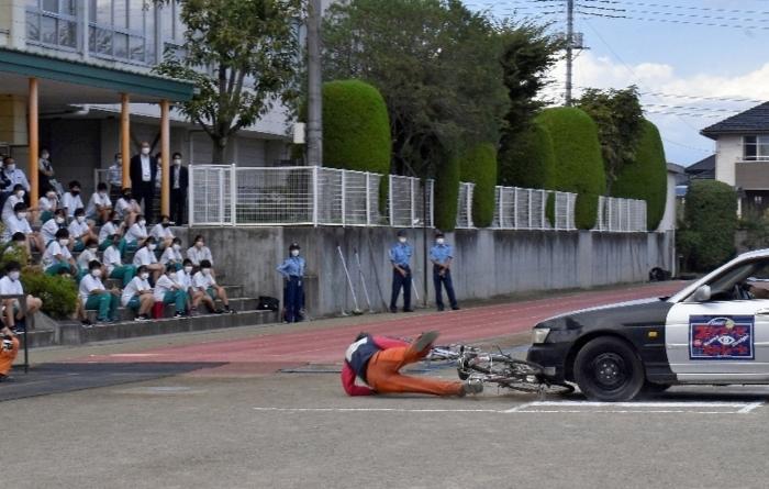 スタントマンによる交通事故の再現をみる生徒=富士川・増穂中