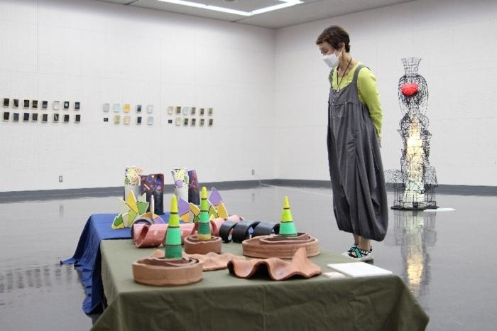 「物語(ストーリー)」をテーマにした作品が並ぶ会場=甲府・県立美術館県民ギャラリーA
