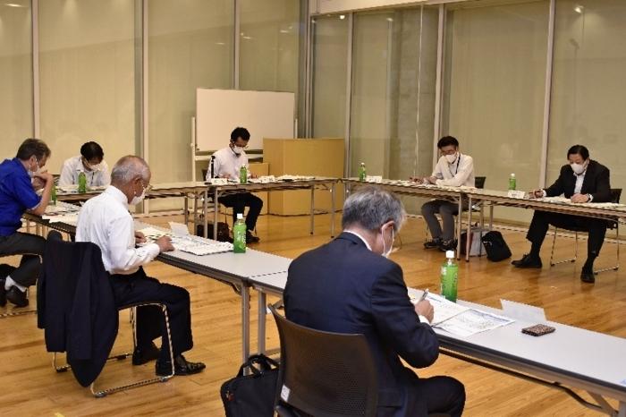 ものづくり産業を支える技術系人材の確保や育成について協議した会議=甲府・県立図書館